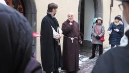 Eine szenische Führung machte Reformation erlebbar: Johannes Comander streitet mit einem Priester vor dem Churer Rathaus.