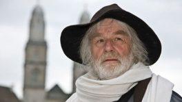 Pfarrer Ernst Sieber wie man ihn kennt, mit Schlapphut und Schal.