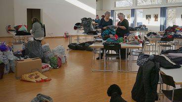 Tatkräftig sammelte die Kirchgemeinde Rapperswil (BE) Kleider, mit denen das Ehepaar Campbell in Griechenland Flüchtlinge unterstützt