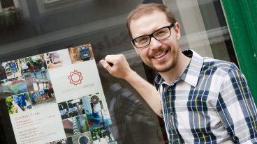 Mitten im Städtchen liegen die Kirchenräume hinter Glas: Pfarrer Johannes Beck freut sich über die Experimente im Erprobungsraum in Bad Langensalza.