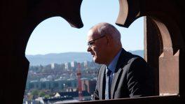 Der Basler Kirchenratspräsident Lukas Kundert auf dem Münsterturm: Trotz Mitgliederschwund sieht er für die Kirche eine positive Zukunft.