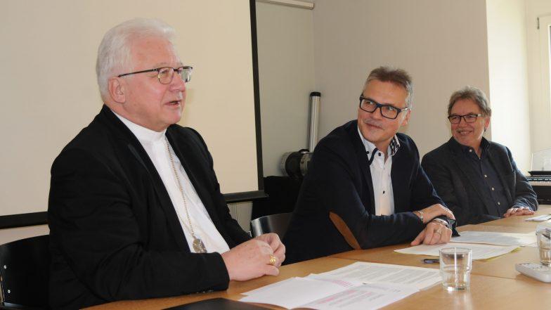 Bischof Markus Büchel, Kirchenratspräsident Martin Schmidt und Kuno Schmid von der Universität Luzern stellten am Donnerstag an einer Medienorientierung den Lehrplan für das Fach Ethik, Religionen, Gemeinschaft vor.
