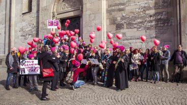 Pfarrerinnen und Personen aus dem kirchlichen Umfeld singen vor dem Grossmünster den Protestsong «I can't keep quiet».