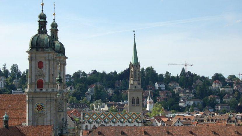 Die Glocken der St. Laurenzenkirche (Mitte) wurden mit einer Lärmdämmung ausgerüstet. Im benachbarten Dom ist dies aus technischen Gründen nicht möglich.