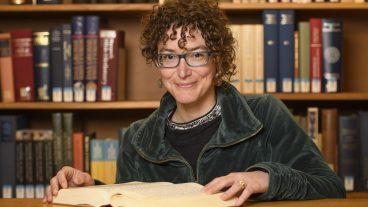 Sonja Ammann, neue Professorin für Altes Testament an der Theologischen Fakultät der Universität Basel, bereitet es offensichtlich Freude, im Alten Testament über alte Traditionen zu forschen und nach neuen Interpretationen zu suchen.