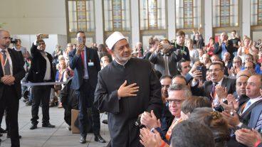 Der Grossscheich der Kairoer al-Azhar-Universität, Ahmad al-Tayyeb grüsst den deutschen Innenminister Thomas de Maizière.