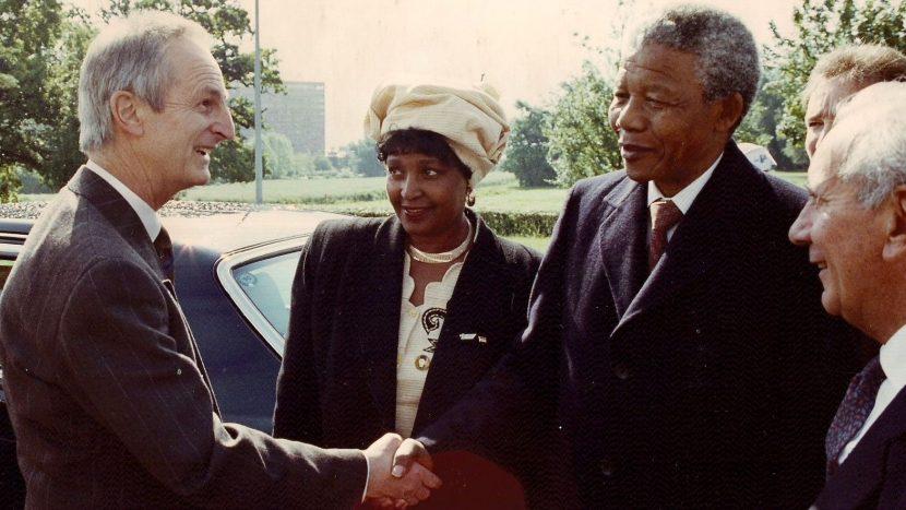 Nelson Mandela bedankte sich 1993 bei Paul Rutishauser für sein Engagement als Präsident der Schweizer Anti-Apartheid-Bewegung.