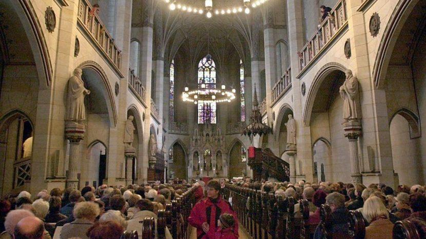 Auch wenn die Medien am Mantra von den sinkenden Mitgliederzahlen der Kirchen festhalten: Ganz so dramatisch ist die Situation nicht. Ein Gottesdienst in der Schlosskirche Wittenberg.