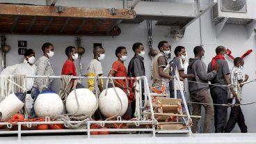 Ankunft von Flüchtlingen im italienischen Hafen Reggio Calabria.