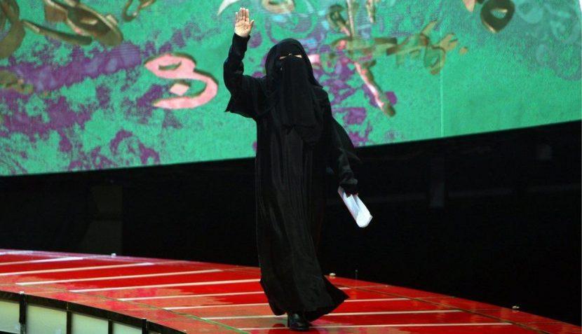 Die Dichterin Hissa Hilal auf dem Laufsteg der TV-Show «Poet der Millionen» in Abu Dhabi.