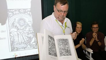 Serge Fornerod, Leiter Aussenbeziehungen beim SEK, mit der frisch gedruckten Zürcher Bibel.