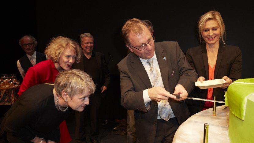 Kirchenratspräsident Michel Müller schnitt im Zürcher Schiffbau die Jubiläumstorte an.