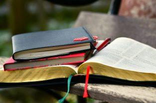 Bibel mit Stift und Notizbüchern