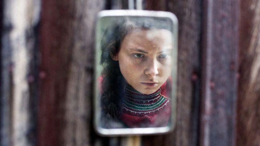 Spiegel zeigt ein Mädchengesicht.