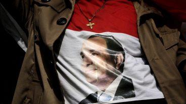 Eine ägyptische Christin trägt ein T-Shirt mit dem Bild von Präsident Abd al-Fattah al-Sisi.