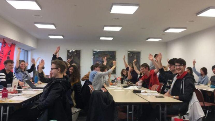 Hände hoch für die Abschaffung der christlichen Feiertage: Parteitag der Juso Kanton Zürich vom 10. März.