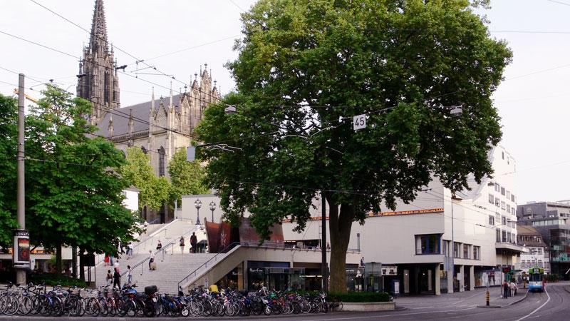 Blick über den Theaterplatz auf die Offene Kirche Elisabethen Basel.